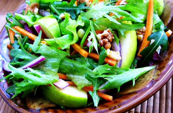 Быстрый салат из яблок, сырых свеклы и сыра, горячие бутерброды с грибами